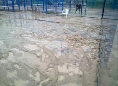 El estado de las pistas de pádel retrasa el torneo por equipos de Villa del Río