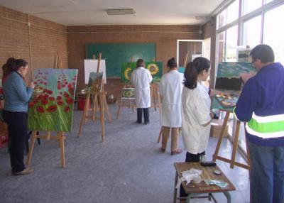Un grupo de adamuceños aprende a pintar