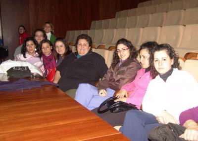 Alumnas de un curso de auxiliar de atención sociosanitaria de Montoro asisten a una charla de Amparo Rubiales